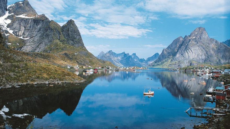 El mar y la montaña se mezclan en uno de los miles de fiordos que atormentan la costa de las Lofoten. EFE