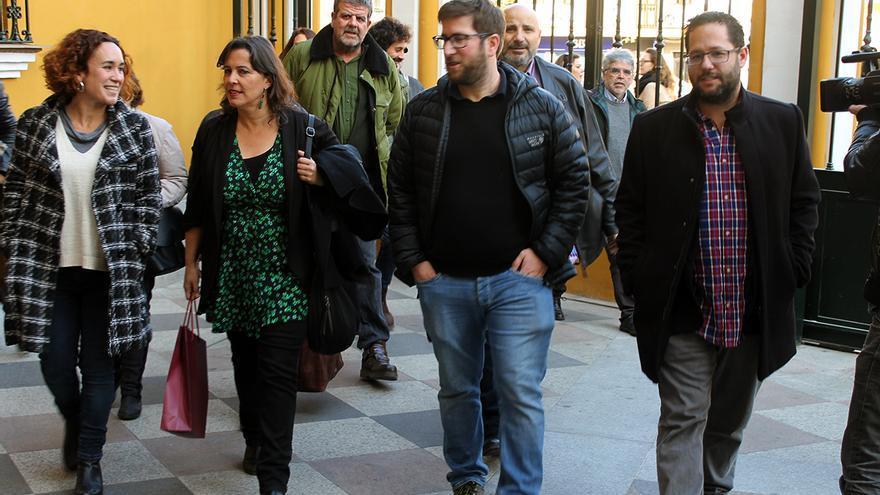 Ana Miranda (BNG) y Miguel Urbán (Podemos) entran a la Basílica de la Macarena para ver la tumba de Queipo. | JUAN MIGUEL BAQUERO
