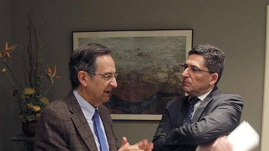 El presidente de la comisión que estudia la modificación del sistemal electoral canario, Antonio Castro, conversa con el experto Martín Orozco, antes de comparecer en dicha comisión. EFE/Cristóbal García