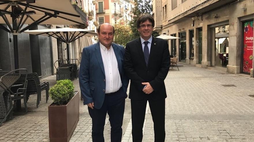 Andoni Ortuzar y Carles Puigdemont se reúnen en Girona para analizar la situación política en Euskadi y Cataluña