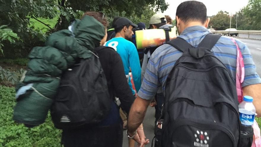 Mohamed y su mujer, fotografiados de espaldas. Denuncian el maltrato que sus amigos han recibido en un campo de refugiados húngaro / Olga Rodríguez