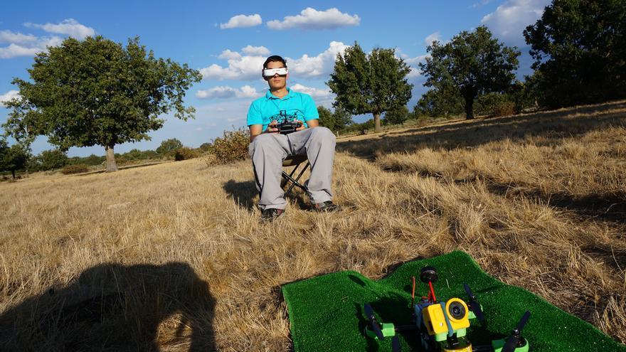 Adrián López, uno de los participantes de la carrera de Expodrónica, tiene su propia tienda 'online' de drones