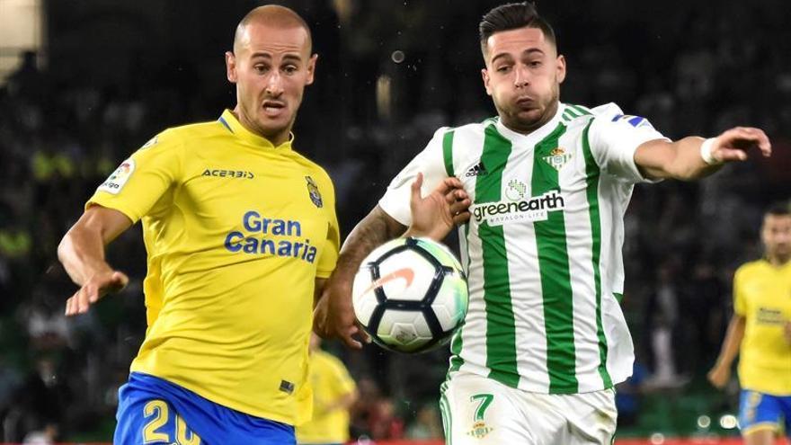 El delantero del Betis Sergio León disputa un balón con el defensa de la UD Las Palmas Alejandro Gálvez. (EFE/Raúl Caro)