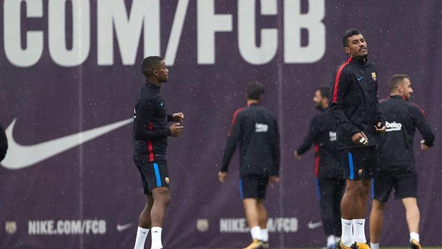 Los jugadores del FC Barcelona, Nelson Semedo (i) y Paulinho (d), durante el entrenamiento realizado esta tarde en la Ciudad Deportiva Joan Gamper. EFE/Alejandro García