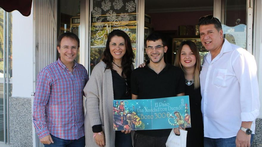 El ganador del cheque regalo (centro), junto con el alcalde de El Paso (izquierda), el primer teniente de alcalde (derecha) y otras dos miembros del Ayuntamiento.