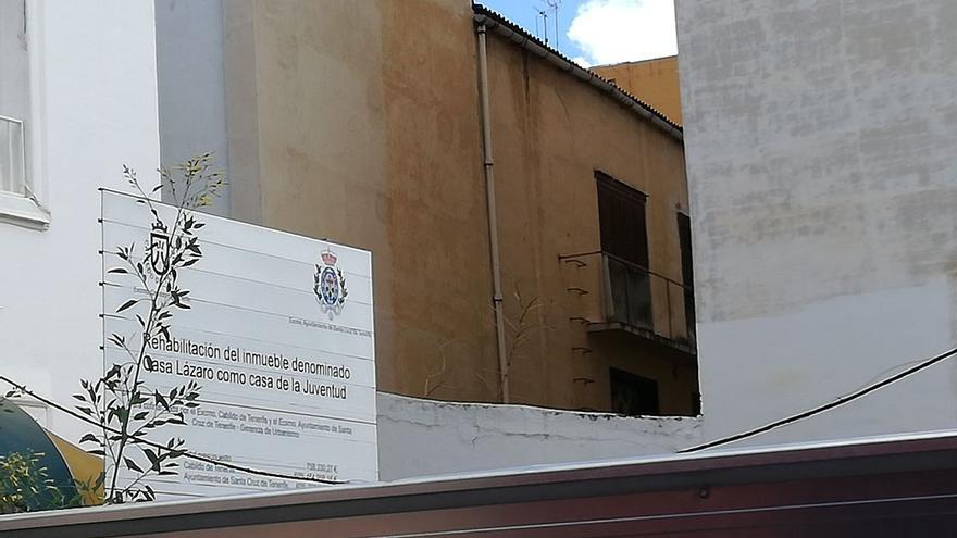 Cartel informativo sobre la rehabilitación del edificio. (Belén Molina).