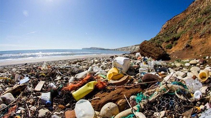 Plásticos acumulados en el litoral canario.