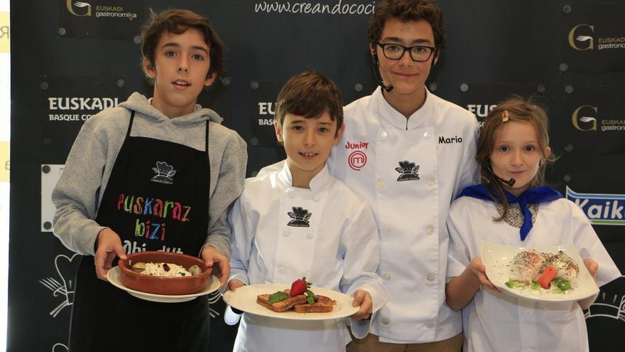 """Los cinco ganadores de """"Creando Cocina Kidz"""" reciben un pequeño """"pack"""" con productos sanos y nutritivos de Euskadi"""