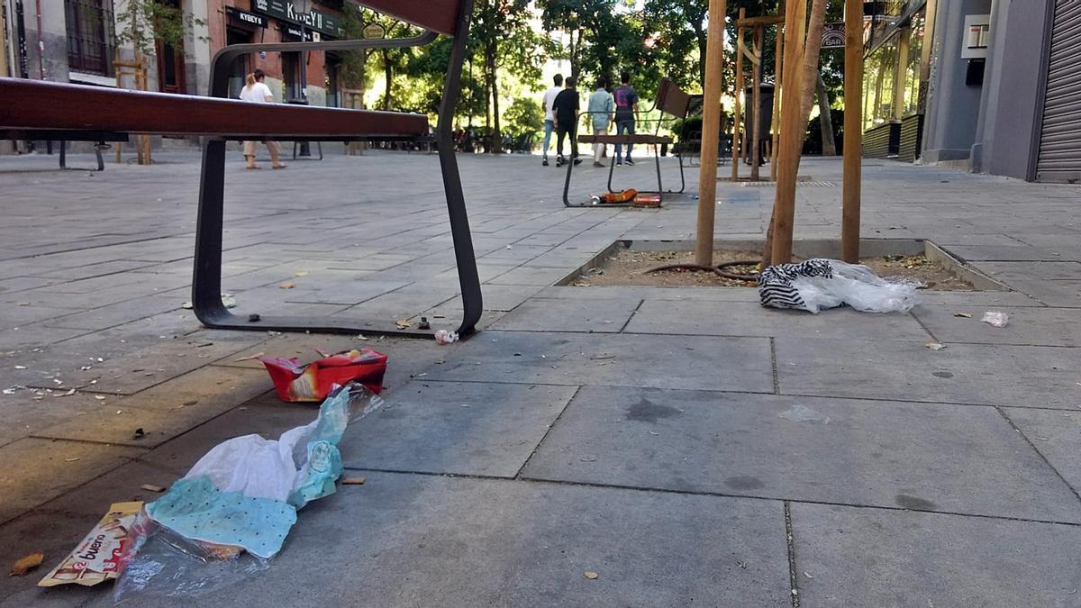 Suciedad en los bancos instalados en una entrada a la plaza Olavide   SOMOS CHAMBERÍ
