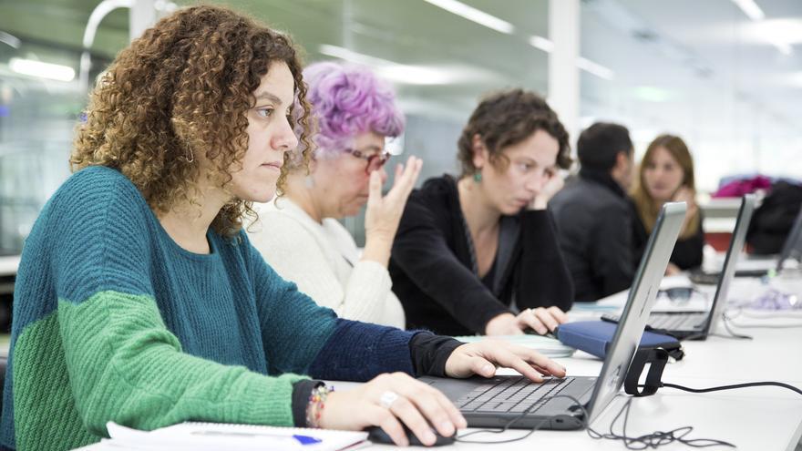 Emprendedoras sociales del programa Construimos en femenino las otras economias, en un espacio de coworking de Barcelona Activa
