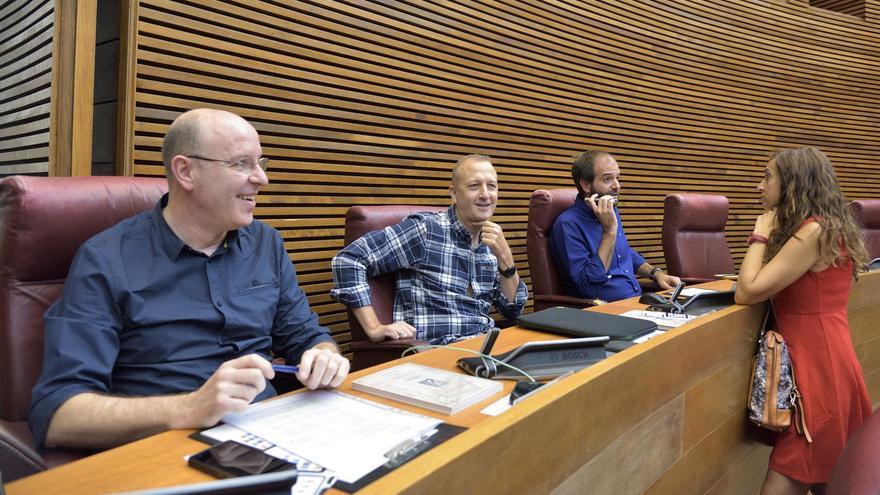 Alberto García, Alexis Marí y David de Miguel en su nueva ubicación en las Corts