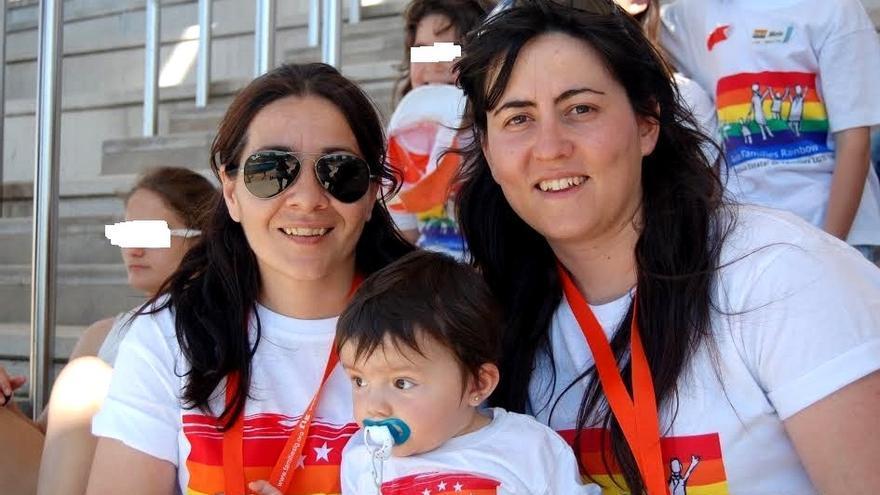 Silvia Tostado (derecha) con su mujer y con su hija
