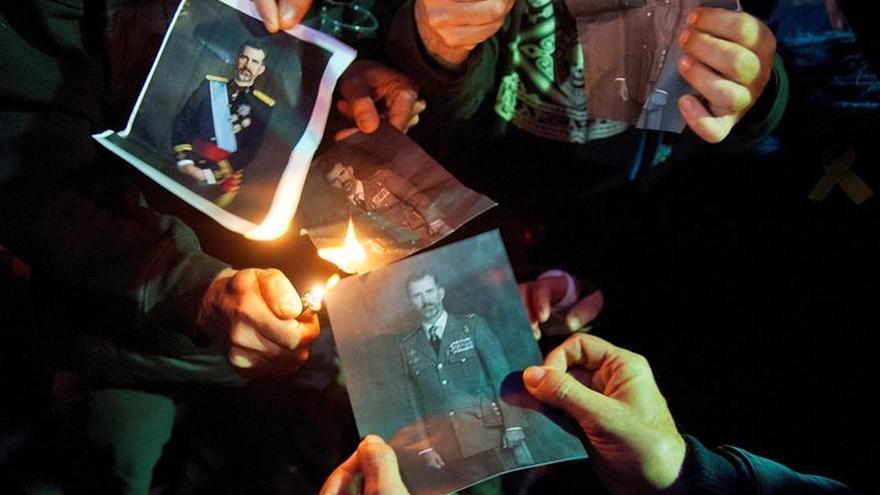 Centenar de personas queman fotos del rey en Girona tras el fallo de Estrasburgo