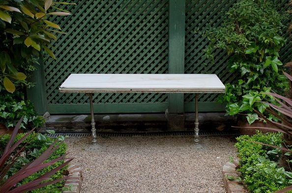 Mesa original del Café del Pombo. Hoy está en el jardín del Museo del Romanticismo (MR) | Foto: MR