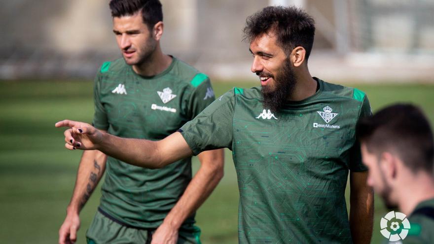 El futbolista Borja Iglesias se pinta las uñas de negro como mensaje contra el racismo.