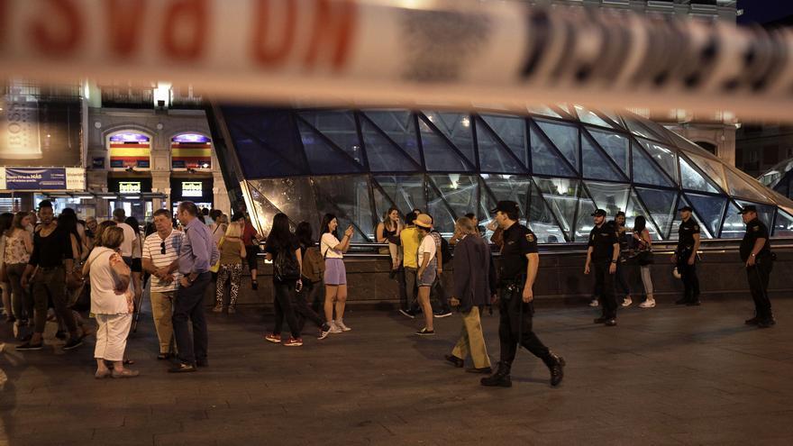 La Policía desaloja la Puerta del Sol antes de la proclamación / Olmo Calvo