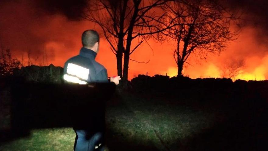 Cantabria pasa la noche con cierto riesgo por incendios, con 38 focos activos