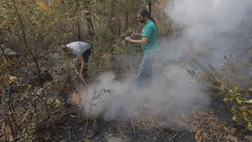 Galicia recupera poco a poco la calma, con 2 incendios próximos a las poblaciones