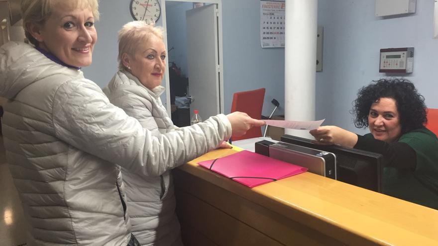 Inmigrantes solicitando la tarjeta sanitaria en Castilla-La Mancha