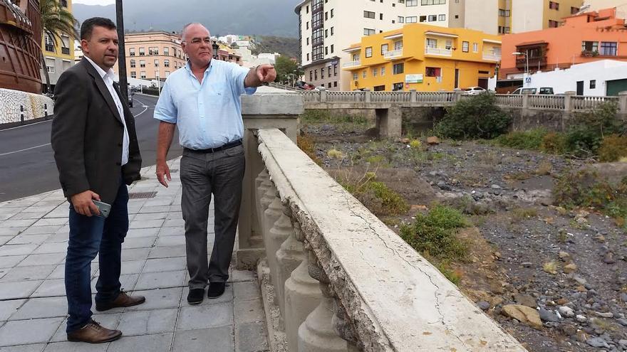En la imagen, el alcalde de la capital y el vicepresidente del Cabildo, en el barranco de Las Nieves.