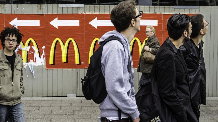 Transeúntes en Berlín frente a carteles publicitarios de McDonald´s. Foto: Sascha Kohlmann vía flickr
