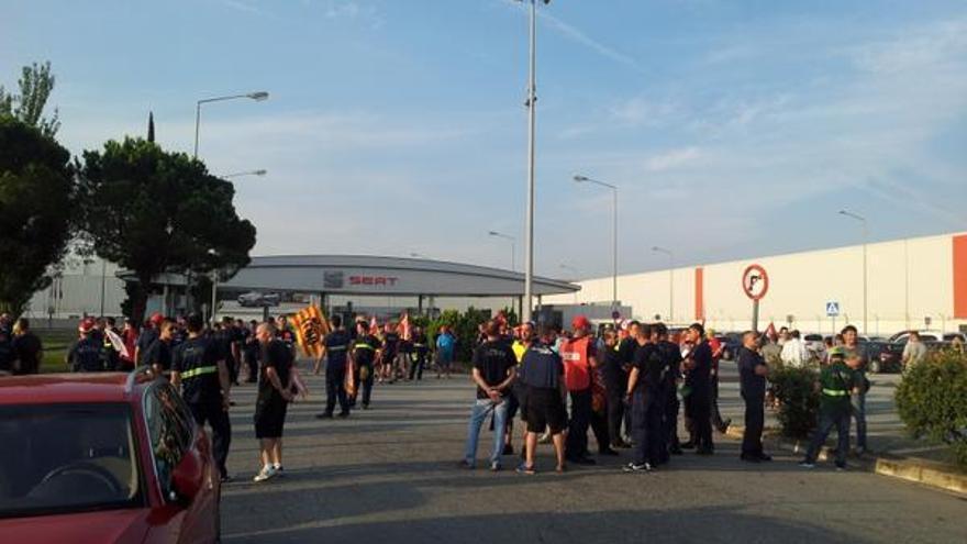 Piquete de trabajadores de la firma de componentes en las puertas de Seat en Martorell
