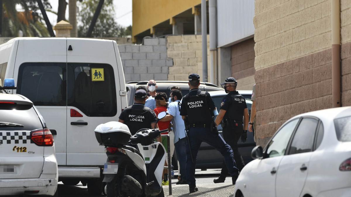 Varios agentes y vehículos de la Policía Local de Ceuta acompañan a menores no acompañados hacia una furgoneta, en las inmediaciones del Polideportivo Santa Amelia, en Ceuta