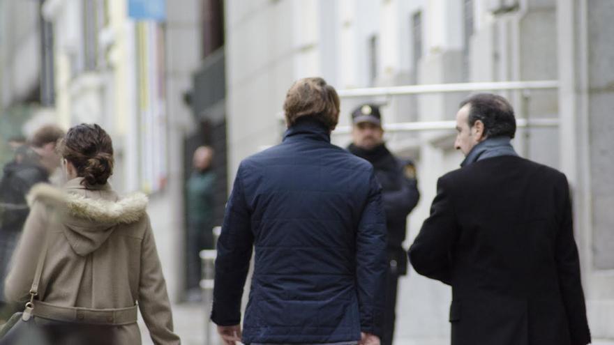 Salvador Alba, a su llegada al CGPJ, en compañía de quien previsiblemente le asistió como abogado.