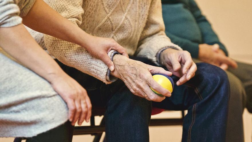 Una persona mayor realizando una actividad con una bola. / Stocksnap - Pixabay