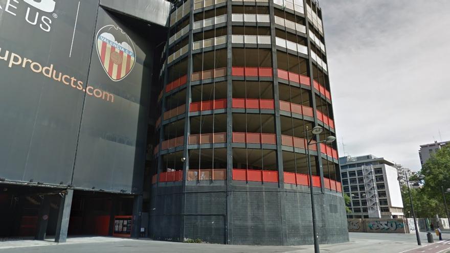 Fachada de Mestalla junto al solar en el que está previsto el hotel.