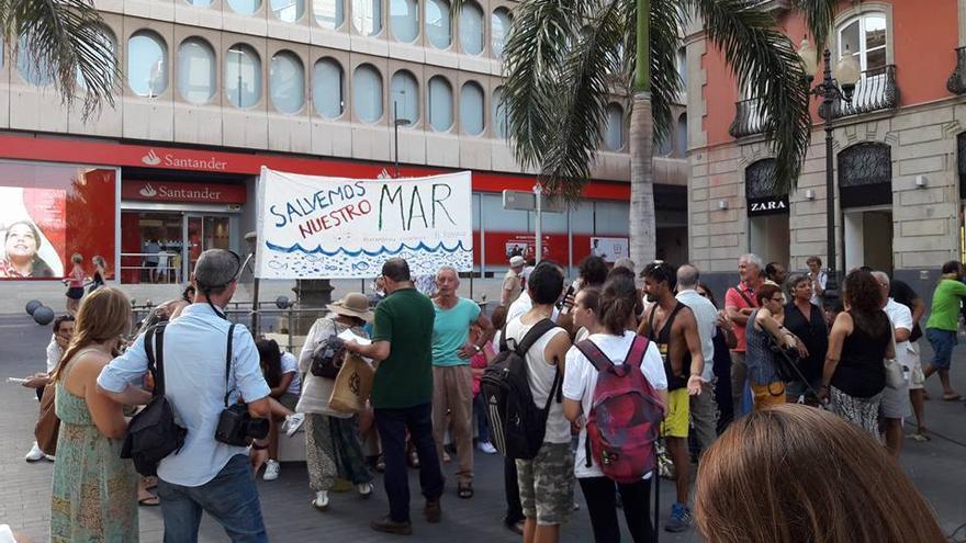 Asamblea en la plaza de la Candelaria, para analizar la contaminación del mar