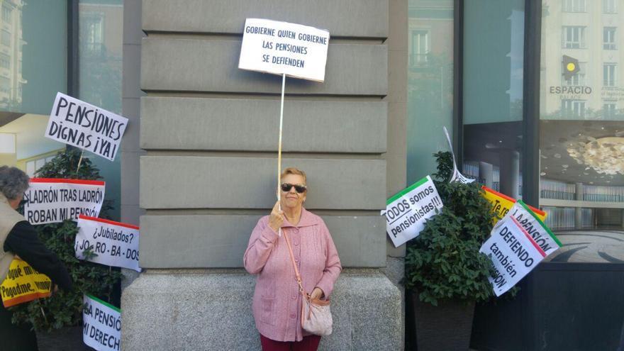 Pina se manifiesta en las inmediaciones del Congreso de los Diputados y reclama que aumenten las pensiones de viudedad.