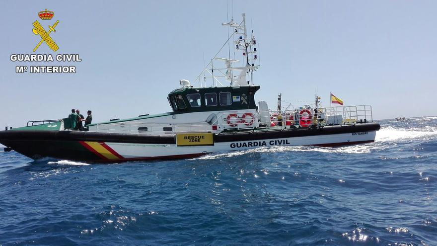 La Guardia Civil rescata a 16 personas que iban a bordo de un cayuco a 14 millas al suroeste de Gran Canaria