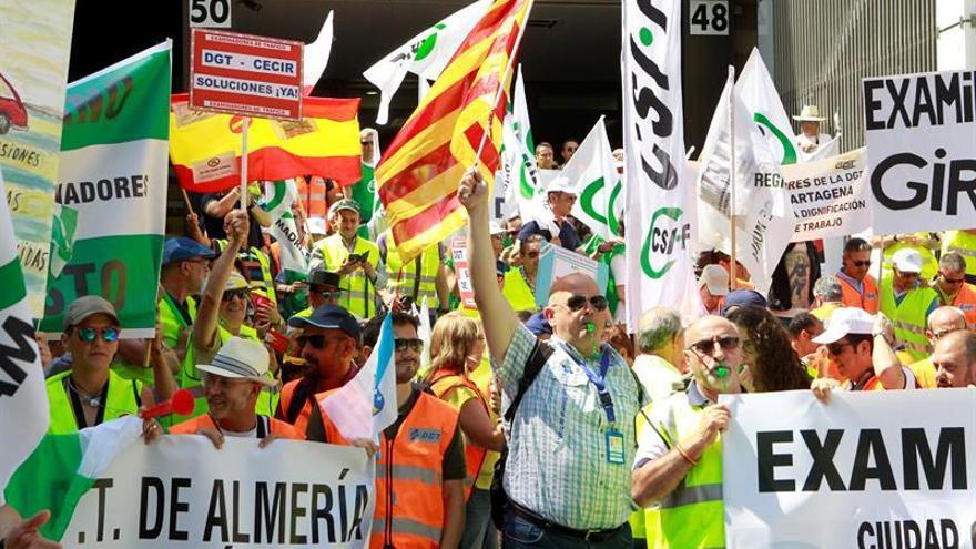 Examinadores de tráfico de Cataluña vuelven a la huelga y sopesan continuarla en septiembre