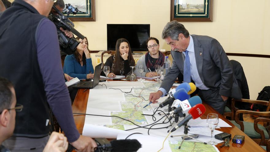 Revilla explica a los periodistas los compromisos adquiridos por el Gobierno central tras su encuentro con Ana Pastor.   JOSÉ CAVIA