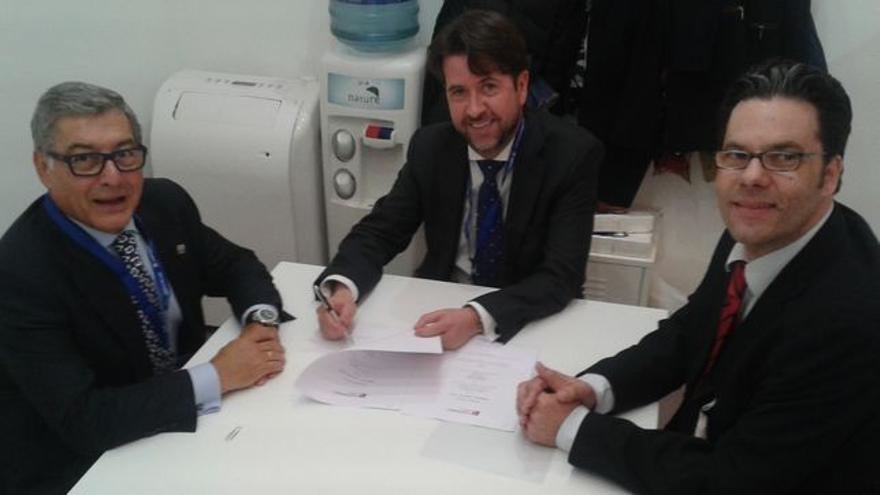 Miguel Ángel Santos (izquierda), junto a Carlos Alonso, en la firma de un convenio en Berlín, en marzo de 2015