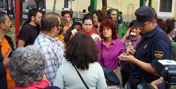 Parte de los concentrados ofreciendo sus DNIs a la Policía | Foto: A.P