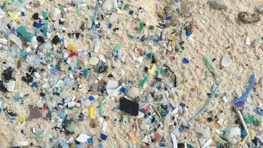 Pequeñas piezas de plástico que se acumulan bajo la arena de  South Island (Islas Cocos)