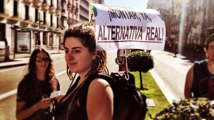 Una chica muestra su pancarta durante la marcha del 15M. FOTO: Juanlu Sánchez