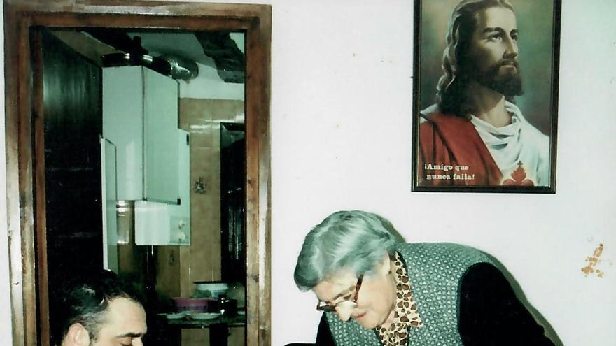 María Asensio echando especias a la carne para hacer embutidos.
