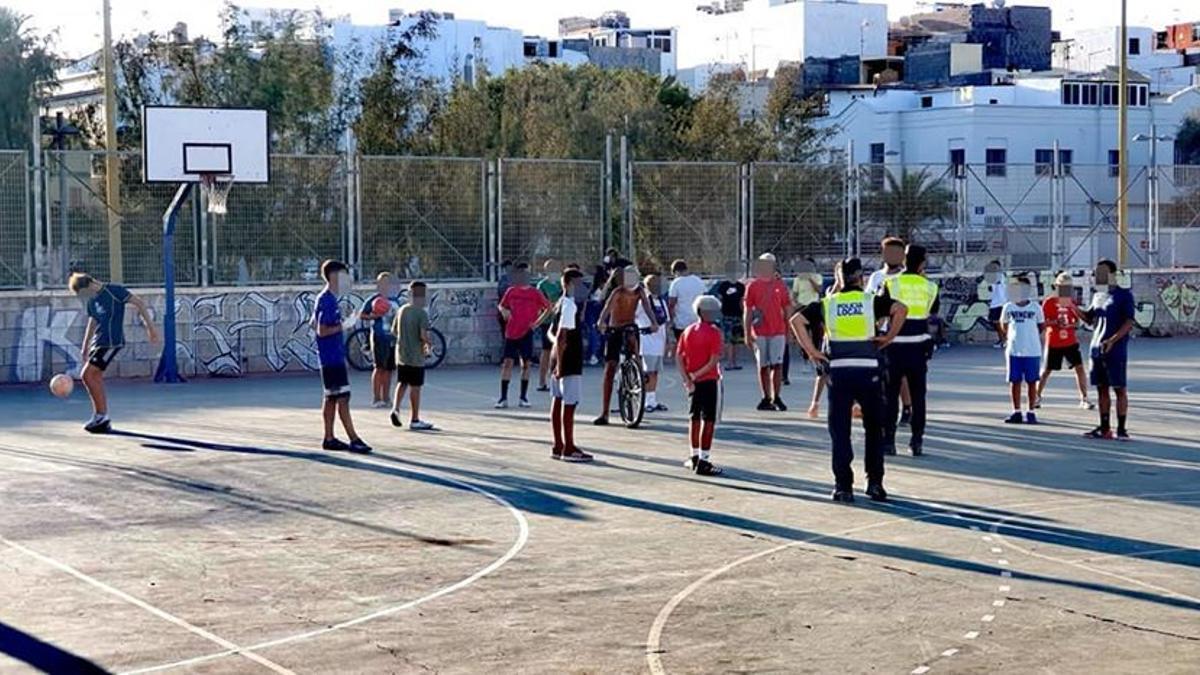 La Policía Local de Mogán acude a una cancha deportiva para comunicar a sus usuarios que no pueden seguir usando las instalaciones.