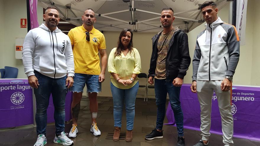 Idaira Afonso con los tres aspirantes al título mundial y el organizador del evento Moisés Ruibal.