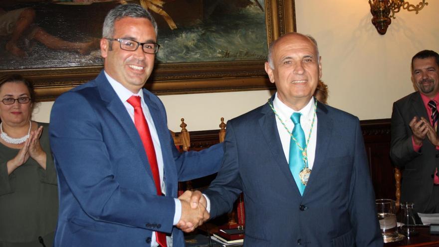 Gonzalo Pérez Hernández (derecha), en el acto de toma de posesión como concejal, con el alcalde de Santa Cruz de La Palma, Sergio Matos.
