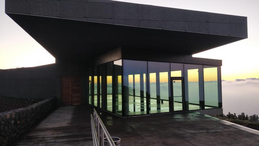 En la imagen, el edificio del Centro de Visitantes del Roque de Los Muchachos, este jueves, con agua en el piso del interior.