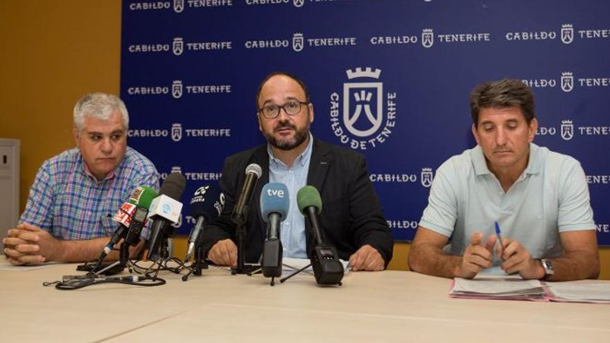 Valbuena, en la rueda de prensa que ofreció el 5 de octubre pasado, junto a dos funcionarios investigados