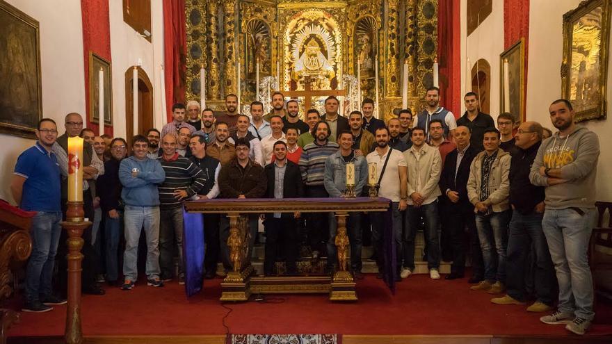 Los componentes de la Danza de los Enanos de la Bajada de la Virgen 2015, junto con los La Peña, en el Real Santuario de Las Nieves.