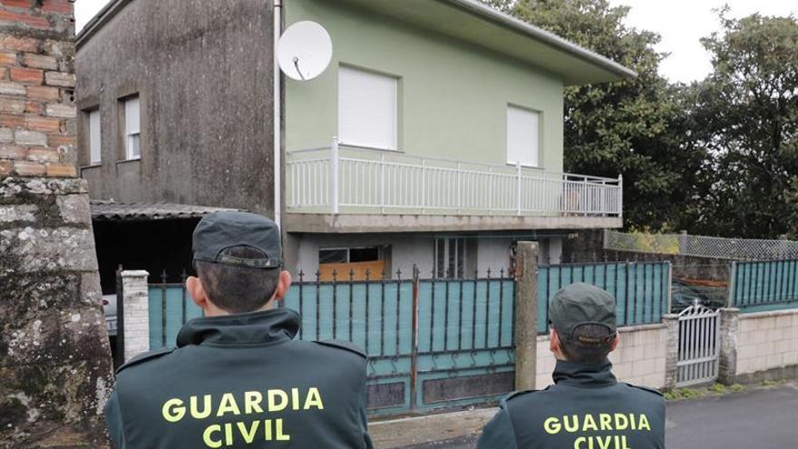 Agentes de la Guardia Civil registran en Rianxo (A Coruña) la vivienda del hombre que ha sido detenido