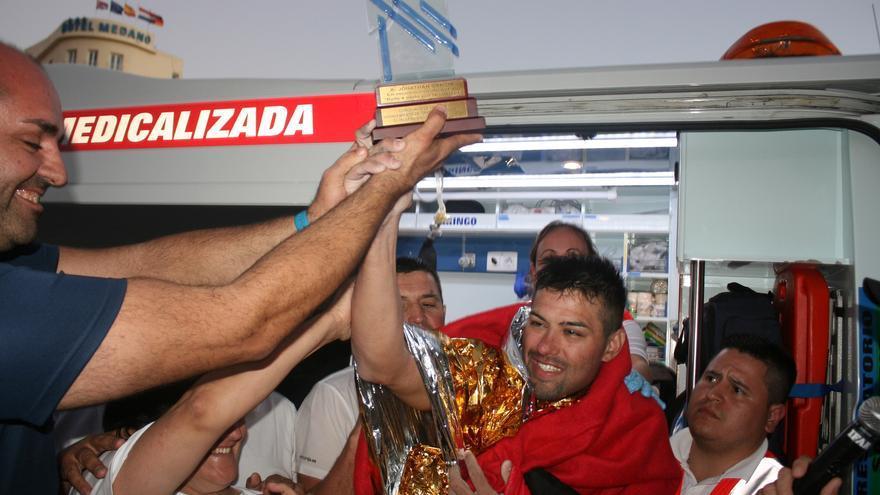 Jonathan García recibe el trofeo acreditativo de su hazaña.