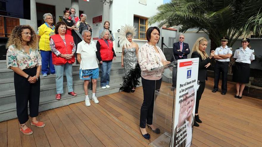 La consejera de Políticas Sociales del Cabildo de Gran Canaria, María del Carmen Luz Vargas, y el presidente de Cruz Roja en Canarias, Antonio Rico (4d). EFE/Elvira Urquijo A.