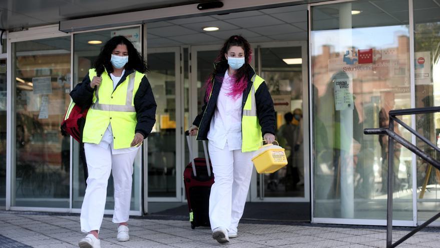 Dos técnicas sanitarias saliendo del Centro de Salud Cerro del Aire en Majadahonda (Madrid) para realizar estudios de seroprevalencia en domicilios.